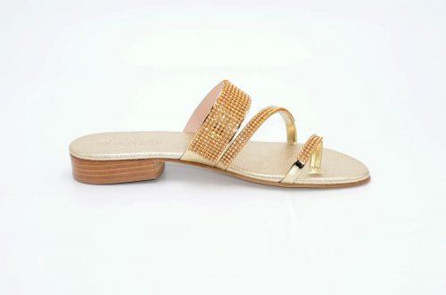 Sandalen in Gold- und Platinfarbe