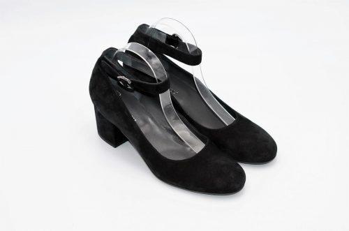 Dekolletè mit Knöchelriemchen in schwarz aus Samt