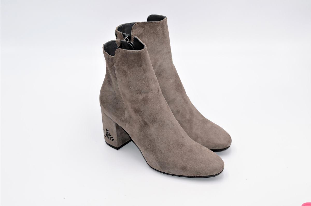 low priced 3e3c1 4b639 Stiefeletten in taupe aus Wildleder und besticktem Absatz | Exlusive  Damenschuhe und Stiefel aus Italien. NoLimitShoes.com