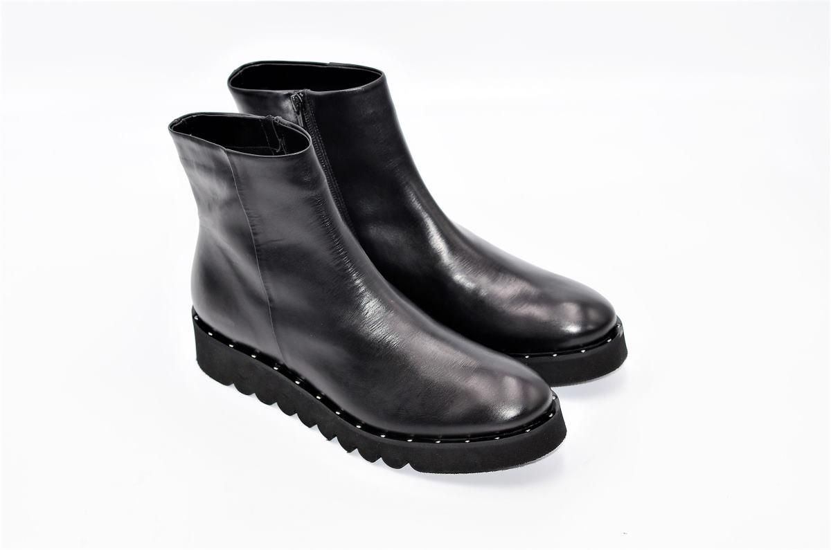 finest selection 9ea86 cf696 Statement Stiefeletten aus Glattleder mit Nieten | Exlusive Damenschuhe und  Stiefel aus Italien. NoLimitShoes.com