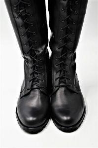 Stiefel vorne geschnürt