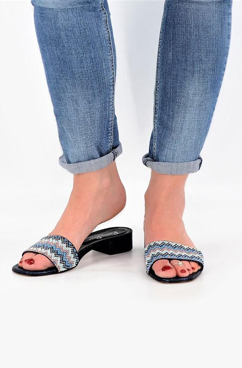 Blaue Pantoletten mit Mosaikperlen und rosa Strasssteinen