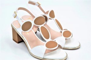 Sandalen Scuba mit weißem Lackleder verziert