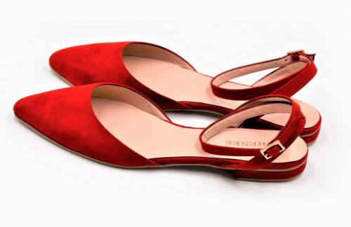 Rote Ballerina mit Riemen